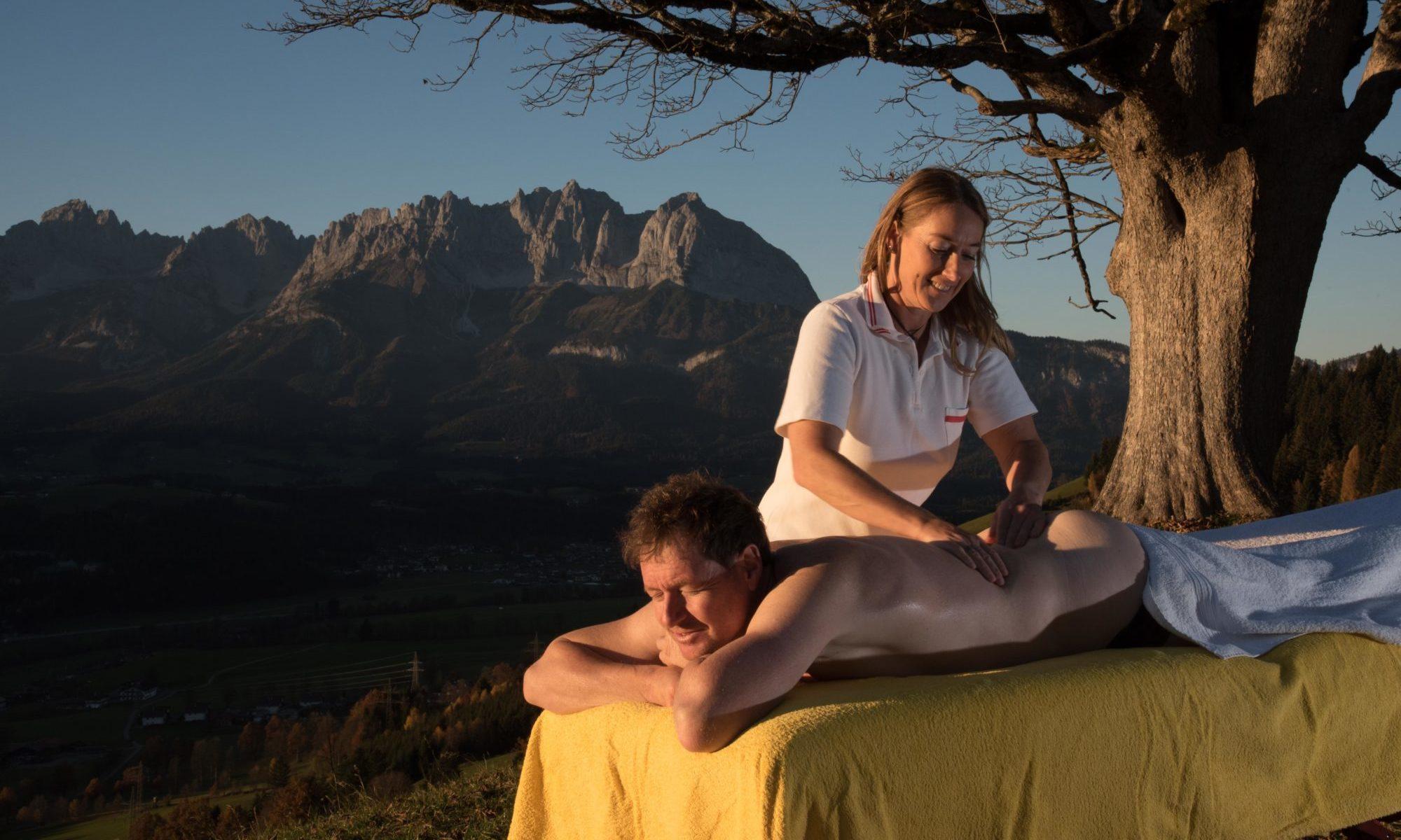 wohltuende Massage im Abendlicht mit dem Wilden Kaiser im Hintergrund